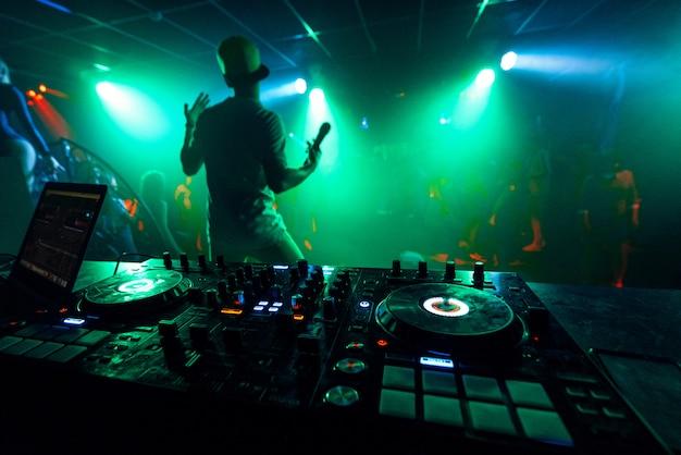 Artiest met een microfoon speelt op het podium van een nachtclub Premium Foto