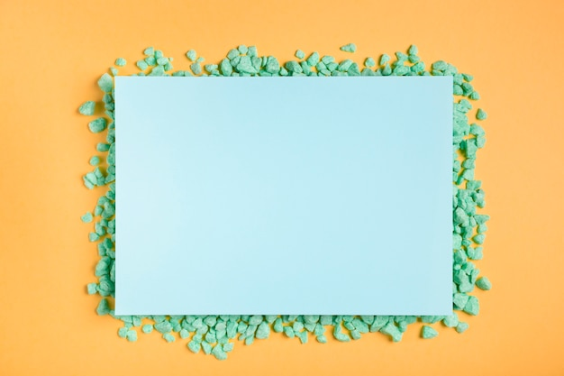 Artistiek kunstwerkpapier op tafel Gratis Foto