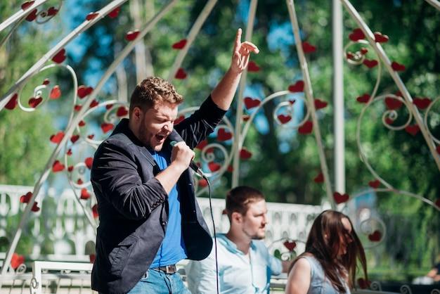 Artistiek mannelijk zingend lied in microfoon Gratis Foto