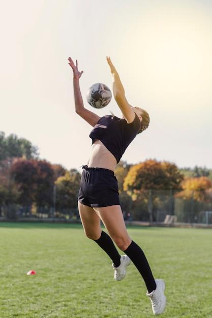 Artistieke foto van meisje dat een bal probeert te vangen Gratis Foto