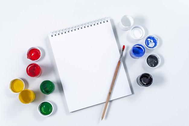 Artistieke mock-up op een witte achtergrond met ruimte voor tekst. tekengereedschap: gekleurde acrylverf Premium Foto