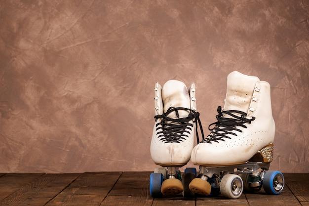 Artistieke rolschaatsen op een houten achtergrond Premium Foto