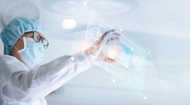 Arts analyseert en controleert hersentestresultaat met virtuele computerinterface Premium Foto