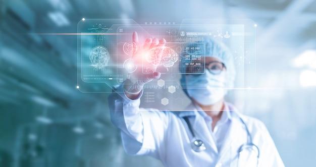 Arts, chirurg analyseert patiënt hersentestresultaten en menselijke anatomie Premium Foto