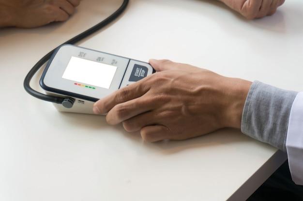 Arts controleren oude vrouw patiënten arteriële bloeddruk. gezondheidszorg. Premium Foto