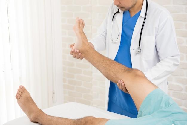 Arts die behandeling geeft aan de gebroken beenpatiënt Premium Foto