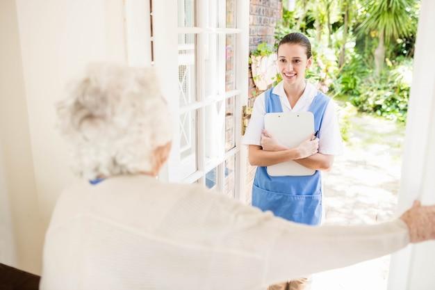 Arts die de gezondheid van patiënten thuis controleert Premium Foto