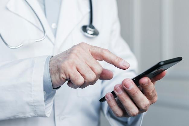 Arts die een telefoongesprek maakt Gratis Foto