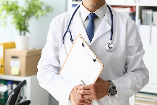 Arts die medisch klembord houdt Premium Foto