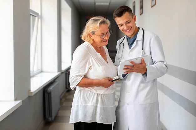 Arts die met hogere patiënt spreekt Gratis Foto