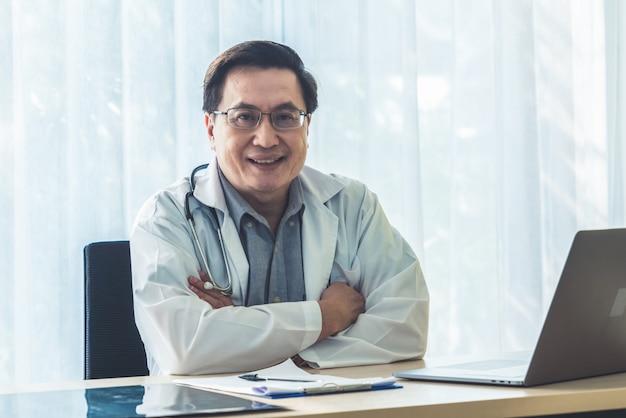 Arts die met patiëntgezondheidsgegevens werkt in het ziekenhuiskantoor. Premium Foto