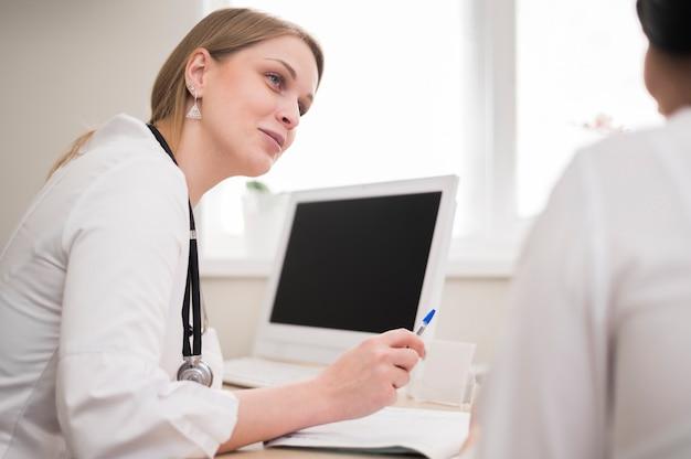 Arts die patiënt controleert Gratis Foto