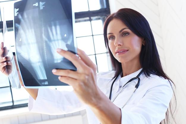 Arts die witte mantel en stethoscoop draagt Gratis Foto