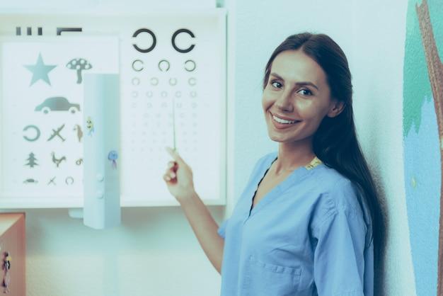 Arts draagt medische mantel vrouw is gelegen in kliniek Premium Foto