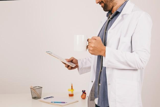 Arts drinken koffie en werkt met de ipad Gratis Foto