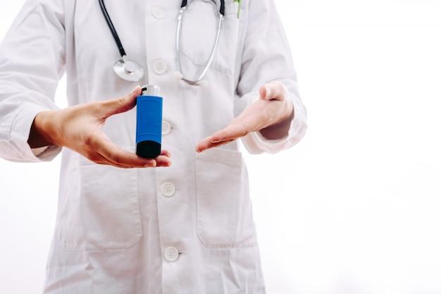 Arts een medicijn voorschrijven voor ademhalingsproblemen Premium Foto