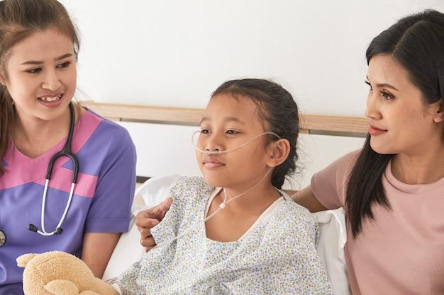 Arts en kind met moeder in het ziekenhuis Premium Foto