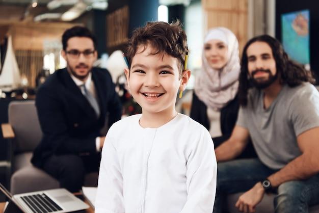 Arts en ouders kijken op boy psychologist in office Premium Foto