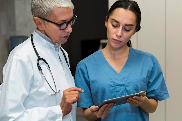 Arts en verpleegster praten Gratis Foto