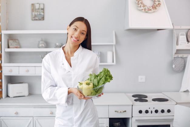 Arts in een keuken met groenten Gratis Foto