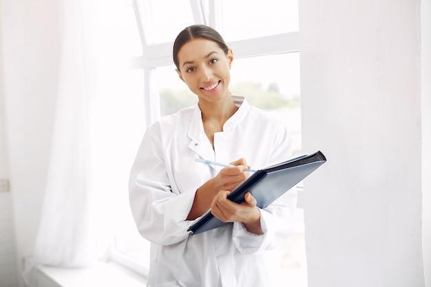 Arts in een uniform die zich op wit bevindt Gratis Foto