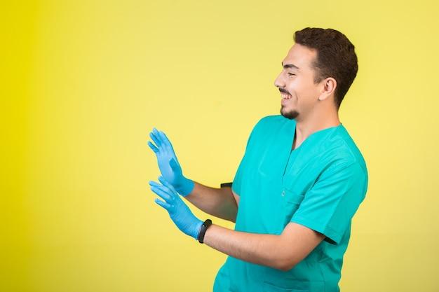 Arts in uniform en handmasker dat iets of iemand tegenhoudt. Gratis Foto