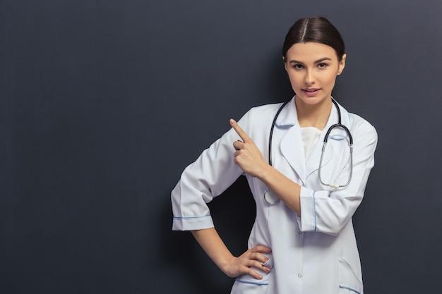 Arts in witte medische jurk wijst weg. Premium Foto