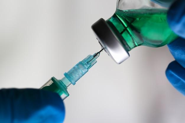 Arts injectorarmen in steriele uniforme injectiespuit Premium Foto