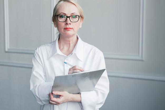 Arts met een medisch rapport Gratis Foto