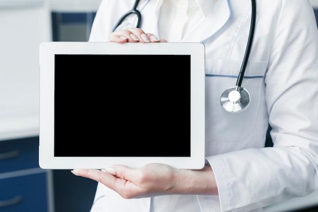 Arts met een stethoscoop en een tablet Gratis Foto