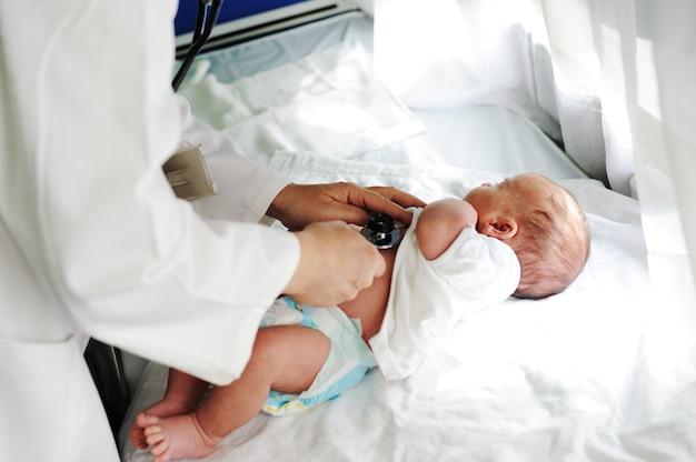 Arts met pasgeboren op een witte achtergrond Premium Foto