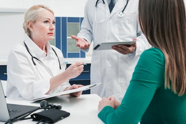Arts neigt naar een patiënt Gratis Foto