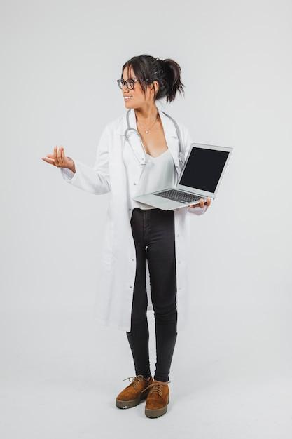 Arts poseren met laptop Gratis Foto