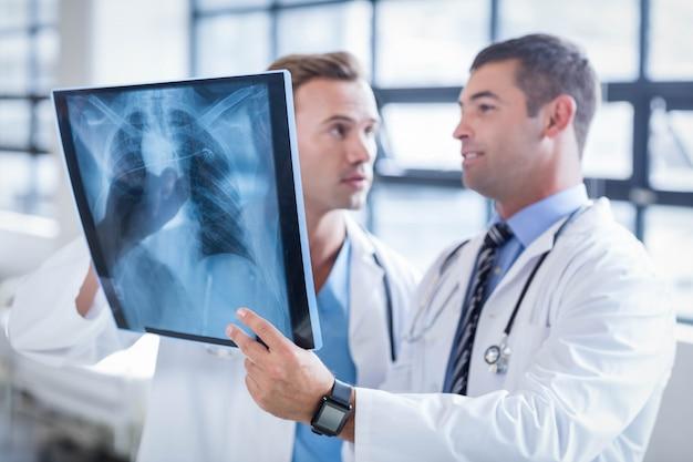 Artsen bespreken een röntgenstraal in het ziekenhuis Premium Foto