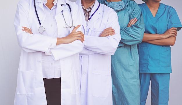Artsen en verpleegkundigen coördineren de handen. concept teamwork Premium Foto