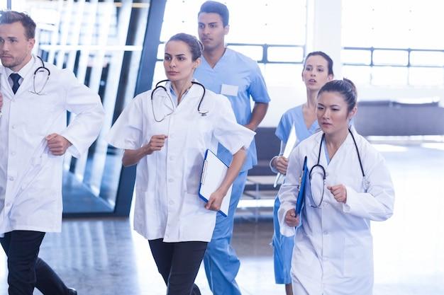 Artsen en verpleegkundigen haasten zich voor noodgevallen in het ziekenhuis Premium Foto