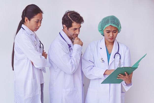 Artsen houden een klembord met recept Premium Foto