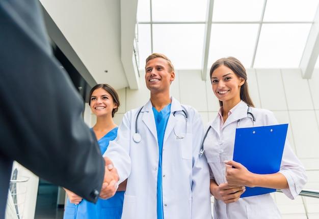 Artsen schudden elkaar de hand in de kliniek. Premium Foto