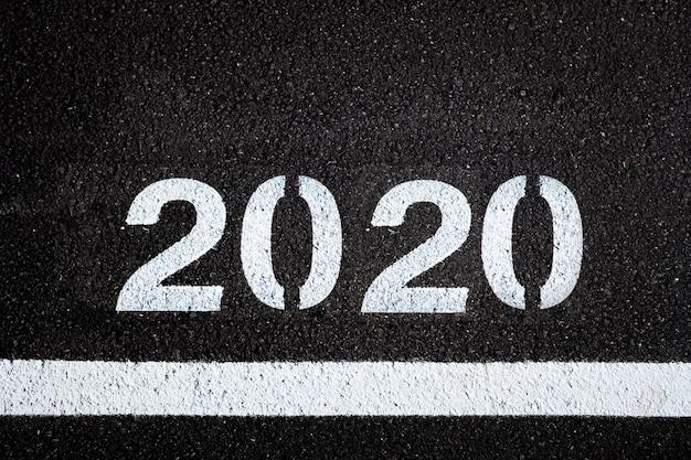 Asfaltachtergrond met 2020-verf Premium Foto