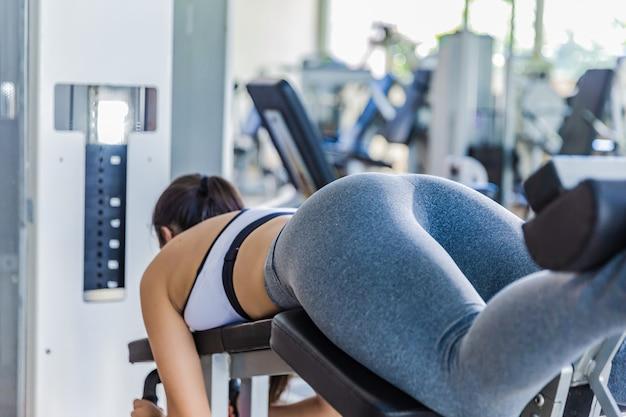 Ass girl close up. meisje die oefeningen op een simulator in de gymnastiek doen Premium Foto