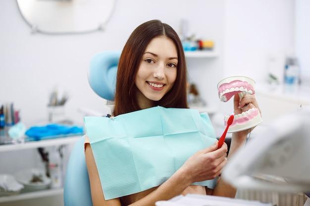 Assistent-tandarts en de patiënt in de kliniek. Gratis Foto
