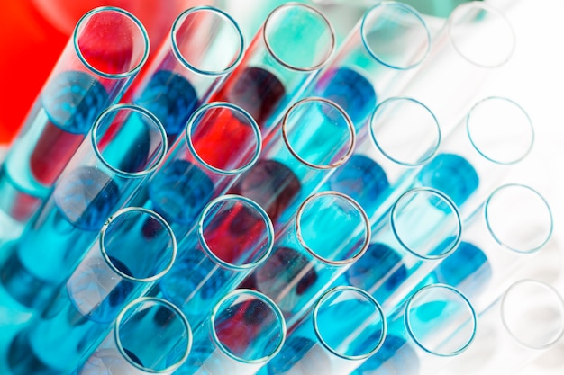 Assortiment chemicaliën onder hoge hoek in het laboratorium Gratis Foto