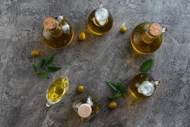 Assortiment flessen gevuld met olijfolie Gratis Foto