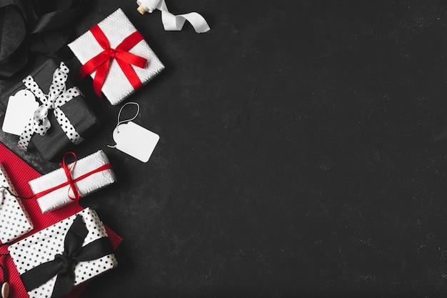 Assortiment geschenken met tags en kopie ruimte Gratis Foto