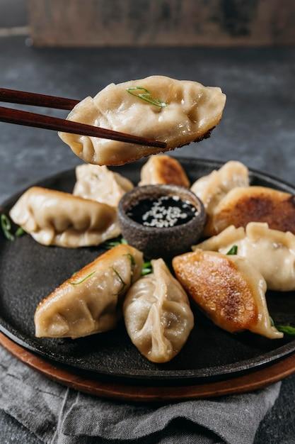 Assortiment japanse dumplings met hoge hoek Gratis Foto