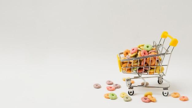 Assortiment met winkelwagentje vol ontbijtgranen Gratis Foto