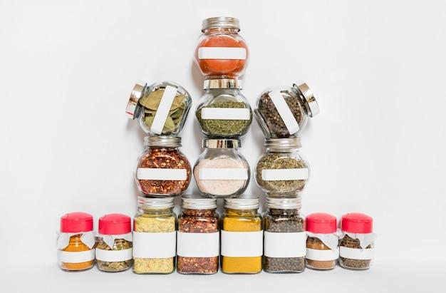 Assortiment specerijen en kruidenpotjes Gratis Foto