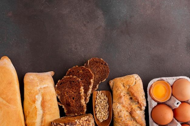 Assortiment van brood met eieren Gratis Foto