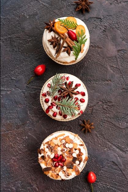 Assortiment van cupcakes met suikerglazuur en decoratie Gratis Foto