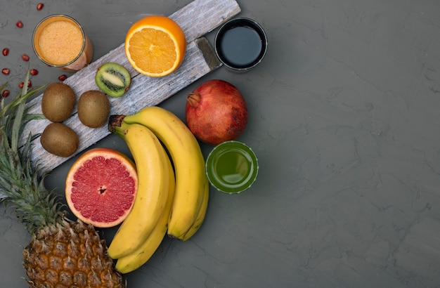 Assortiment van exotisch fruit, bovenaanzicht en kopie ruimte Premium Foto
